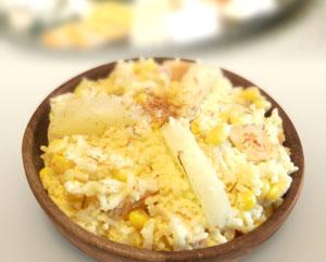 Sałatka z ryżu, ananasa, wędzonego kurczaka i kukurydzy